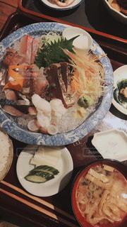 テーブルの上に食べ物のプレートの写真・画像素材[1381825]