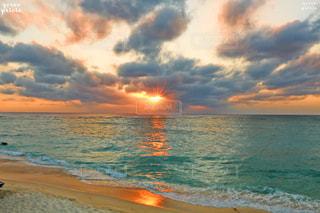 水の体に沈む夕日の写真・画像素材[722040]