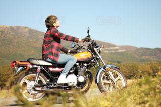 未舗装の道路をバイクに乗る男 - No.722323