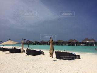 砂浜の上に座っての芝生の椅子のグループ - No.721807