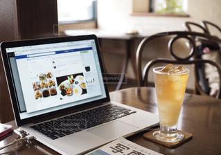ノートパソコンと飲み物の写真・画像素材[1284767]