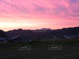 山並みに沈む夕日の写真・画像素材[737783]