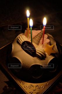キャンドルとバースデー ケーキの写真・画像素材[970386]