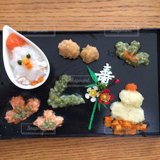 テーブルの上に食べ物の束の写真・画像素材[722420]