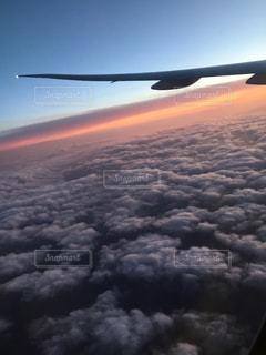 飛行機の窓から雲海。 - No.722594
