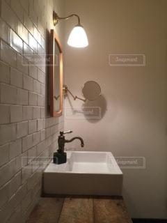 洗面台と鏡付きのバスルームの写真・画像素材[724843]
