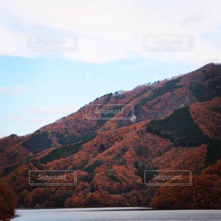 ダム湖の紅葉の写真・画像素材[1644048]