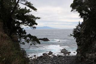 割れ目に浮かぶ大島の写真・画像素材[1820399]
