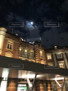 令和元年最後の満月と東京駅。の写真・画像素材[2797846]