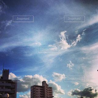 都市上空に浮かぶ雲 - No.726114