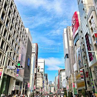 混雑した街の通り背の高い建物に囲まれての写真・画像素材[777899]