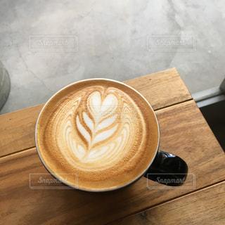 木製テーブルの上のコーヒー カップ - No.724503