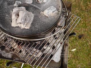 ダッチオーブンと炭の写真・画像素材[730542]
