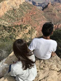 岩の上に座っている男性と女性の写真・画像素材[730577]
