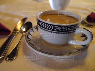 テーブルの上のコーヒー と素敵なカップの写真・画像素材[742719]