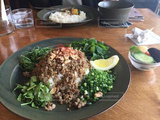 木製のテーブルの上に食べ物のプレートの写真・画像素材[749171]