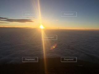 雲海から昇る太陽の写真・画像素材[725437]