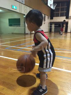 バスケット ボールを保持している若い女の子の写真・画像素材[726629]