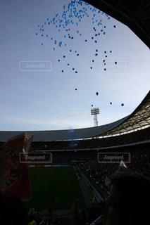 スタジアムの空に飛ぶ風船の写真・画像素材[725902]