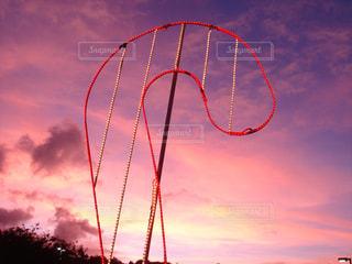夕暮れの空にネオンサインの写真・画像素材[725911]