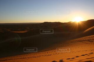 砂漠に沈む夕日の写真・画像素材[725944]