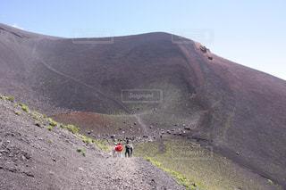 富士山の宝永に向かって歩く人々の写真・画像素材[726235]