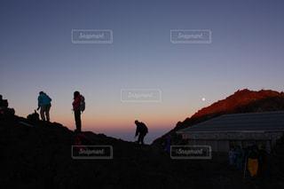 富士山頂を歩く人々の写真・画像素材[726252]
