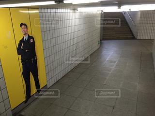 外国の地下道にある警察官の写真の写真・画像素材[726362]