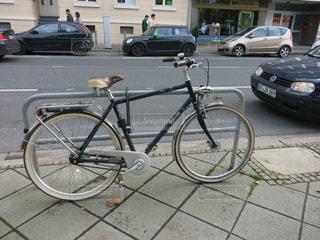 自転車は、街の通りに駐車の写真・画像素材[726369]