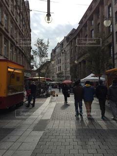 ヨーロッパの街の通りを歩く人々の写真・画像素材[726381]