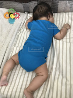 うつ伏せに寝ている赤ちゃんの写真・画像素材[728515]