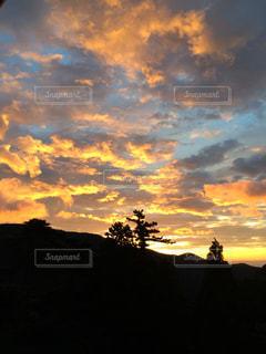 夕やけ空に雲のグループの写真・画像素材[728554]