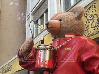 シャボン玉を吹くクマさんの写真・画像素材[811844]