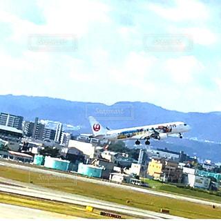 空港で滑走路に大きい飛行機 - No.841514