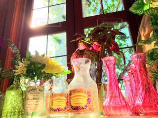 窓から光を浴びるガラス - No.843292