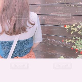 小さな赤い薔薇と🌹女子の写真・画像素材[1450318]