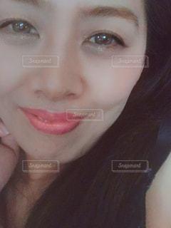 優しく微笑む女性の写真・画像素材[2081855]