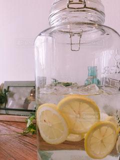 夏に飲むレモン水の写真・画像素材[2292891]