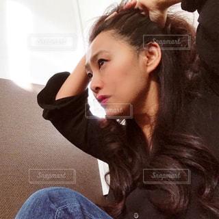 髪をまとめる仕草の写真・画像素材[2835850]