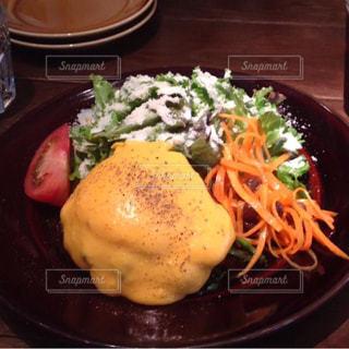 テーブルの上に食べ物のプレート - No.726499