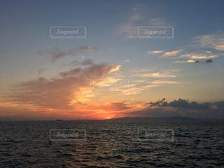 水の体に沈む夕日の写真・画像素材[726325]