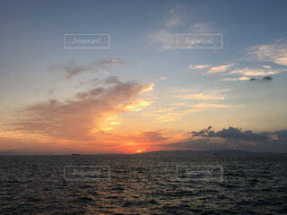 水の体に沈む夕日の写真・画像素材[726326]