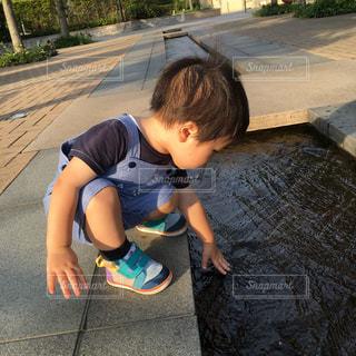 水辺の小さな男の子の写真・画像素材[726337]