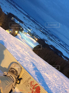 煙る山頂の雪をスノーボードに乗る男の写真・画像素材[726775]
