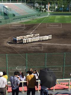 野球場の周りに立って人々 のグループ - No.727038