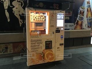オレンジジュースの自動販売機の写真・画像素材[2397839]