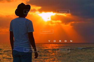 日没の前に立っている男の写真・画像素材[738802]