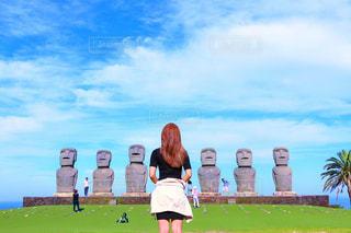 草の中に立っている人々 のグループの写真・画像素材[754064]