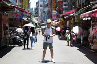 忙しい街の通りを歩いて人々 のグループの写真・画像素材[857985]