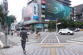 忙しい街の通りを渡る人々 のグループ - No.857986